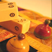Vers les jouets anciens en Inde : hochets siffleurs pour bébés, pompe à couleurs pour la fête de Holi, jeu brodé des petits chevaux (pachisi), tirelires en fer du 19ème.