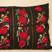 Vers les coussins de Bulgarie : Les femmes bulgares brodaient et tissaient à la maison, employant de vives couleurs riches d'influences orientales. Nous avons transformés leurs tabliers traditionnels en coussins fermés de liens ou de boutons.