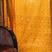 Vers les rideaux de l' Inde : Le sari est le vêtement traditionnel de la femme indienne, grande pièce de tissu de presque 6 mètres de long. Le palu en est le pan orné, royalement jeté par-dessus l'épaule gauche. Devant nos fenêtres, ils font de sublimes rideaux…De nombreuses techniques sont employées pour ces subtils tissages, qui se combinent parfois dans une même pièce : jamdani, cette technique permet de créer les motifs en ajoutant des fils de trame en appoint, qui n'apparaissent qu'aux endroits prévus pour ces motifs : le dessin ainsi obtenu paraît brodé, les fils coupés sont visibles sur l'envers. Saris brochés du Tamil Nadu : Le broché est une tradition des saris de Madurai, dans le Tamil Nadu. Au pays des Chettyars (Chettinadu), dans le Tamil Nadu, le sari le plus répandu est en coton à carreaux et bordure brochée de soie dorée. Parfois, en coton mélangé de soie, teint selon la technique de l'ikat. Au Kérala, ce sont les gazes de coton naturel les plus fines de l'Inde, (avec celles du Bengale), blanc et or, merveilleuses pour nos robes de mariée...