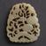 """Vers les jades de Chine : Si vous ne voulez pas les garder comme simples objets bienfaiteurs, ces magnifiques objets sculptés peuvent être montés en pendentifs, broches, ou intégrés dans des bijoux plus élaborés (colliers, etc.). dragons, écrans, animaux, ronds, perles. Et aussi divers porte-bonheurs : Disque bi ou bagues petites comme des perles (le """"bénéfique"""" vient surtout de leur matière, le jade) ; Les vieilles sapèques, même fausses attirent la fortune, Que dire quand elles sont associées aux jades bénéfiques ! En Chine, le jade, (et même le corail), est paré de tant de vertus dans tous les domaines (la beauté, la santé, l'astrologie, le pouvoir, etc.), qu'il faut en posséder à tout prix ; et même s'il est imité, ou reconstitué, il n'en sera ni moins efficace, ni moins séduisant."""