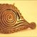 """Vers les tampons à tilak ou bindis de l' Inde : Le tilak, point rouge que les hindous appliquent avec le doigt sur le front, est le symbole du troisième œil. La religion n'exclue pas la coquetterie : la vitrine du marchand de rue, son bras, propose tous les modèles ! Certaines tribus """"adivasis"""" (aborigènes) utilisent des tampons en cuivre pour décorer corps ou visage. Ceux- ci sont anciens."""