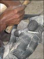 sculpteur dans un atelier de Mahabalipuram en Inde