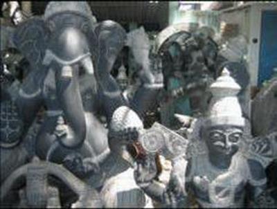 sculptures en pierre noire dans un atelier de Mahabalipuram en Inde