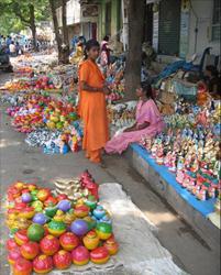 Etal sur un trottoir du sud de l'Inde. Ces figurines populaires en terre cuite moulée représentent les dieux ou des personnages de la vie de tous les jours. C'est une tradition du Tamil Nadu depuis au moins le 19ème, comparable à celle de nos « santibelli » (installés à la même époque sur les buffets et les cheminées de tous les intérieurs provençaux). On en fabrique aujourd'hui encore, le plus souvent en plâtre!