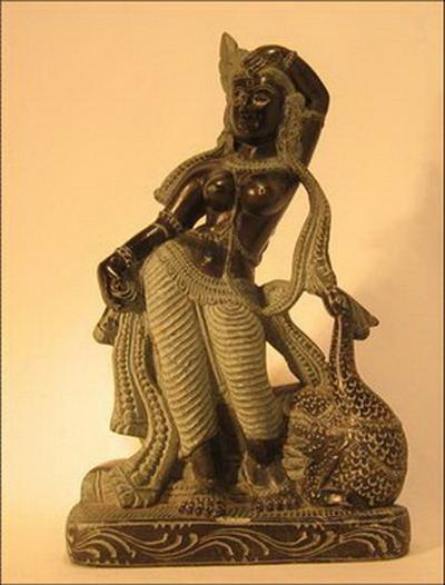 sculpture de femme avec paon en pierre noire inde