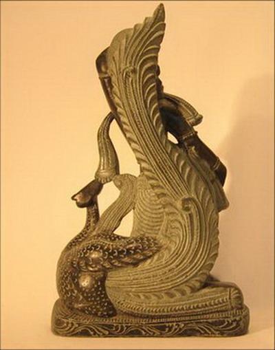 sculpture de femme avec paon en pierre noire inde dos