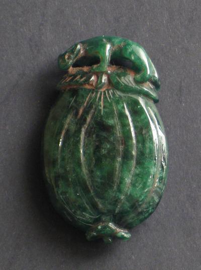 sculpture jade vert emeraude antiquite bijou panthere sur grenade chine