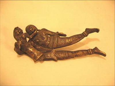 betel ciseaux noix arec forme d homme enlaçant une femme bronze inde