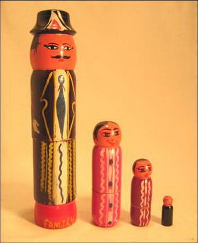 jouet 4 poupees gigogne famille pub planning familial bois inde