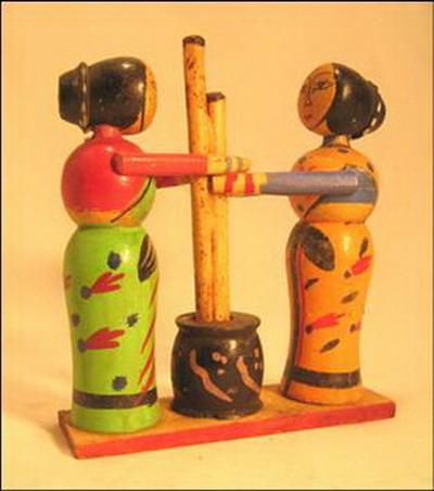 jouet 2 poupees paysannes pilant le grain bois inde