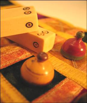 jeu antiquite pachisi petits chevaux tissu brode de ivoire pions bois inde