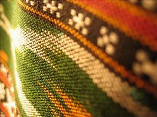 nappe couvre lit ikat detail noir rouge vert tisse main inde