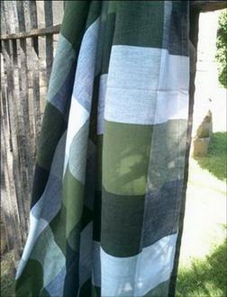 so chic ligne de nappes en madras noir blanc vert avec leurs serviettes noires et vertes