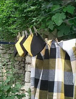so chic ligne de nappes en madras noir blanc jaune avec leurs serviettes noires et jaunes