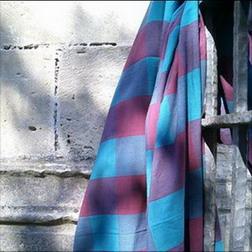 so chic ligne de nappes en madras turquoise et lie de vin avec leurs serviettes turquoise ou lie de vin