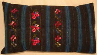 coussin tablier ancien laine tisse main rebrode bouquets decor rayures bulgarie