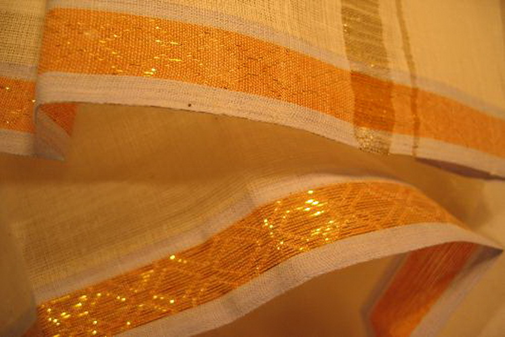 pagne lungi coton blanc bordure broche or tisse main inde