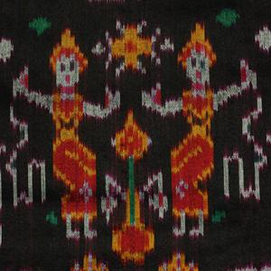 etole soie ikat tissee main multicolore sur fond noir bordure rouge cambodge