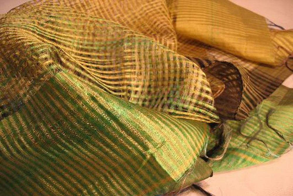 chale soie tisse main ikat jours a carreaux vert jaune inde