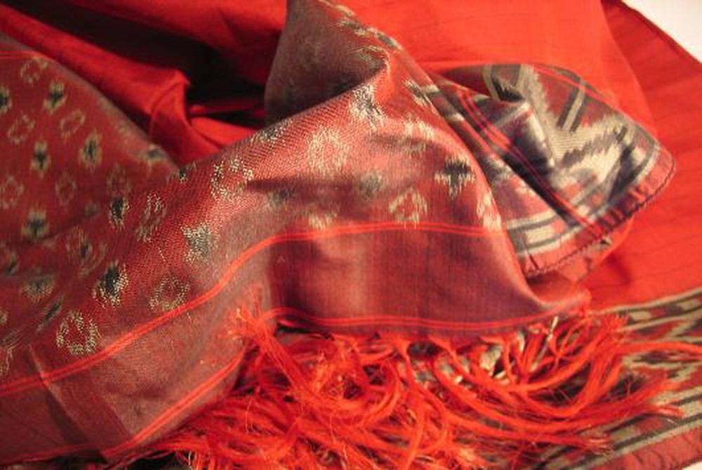 chale soie tisse main ikat gris rouge inde