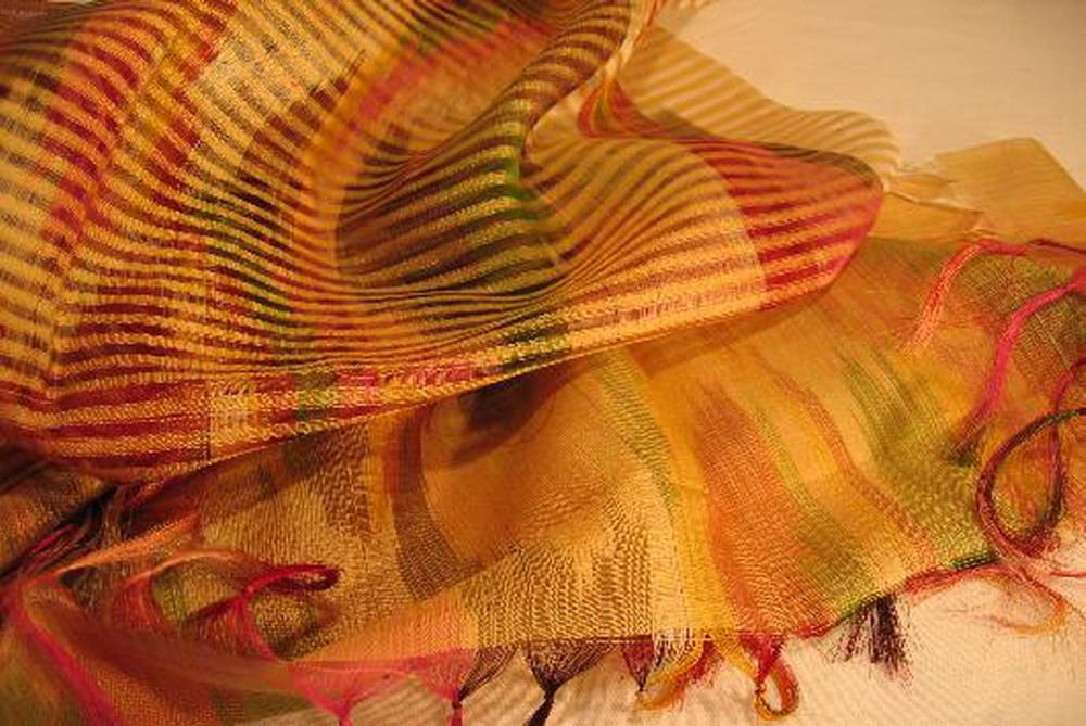 chale soie tisse main rouge vert jaune ikat rayures effet tissage inde