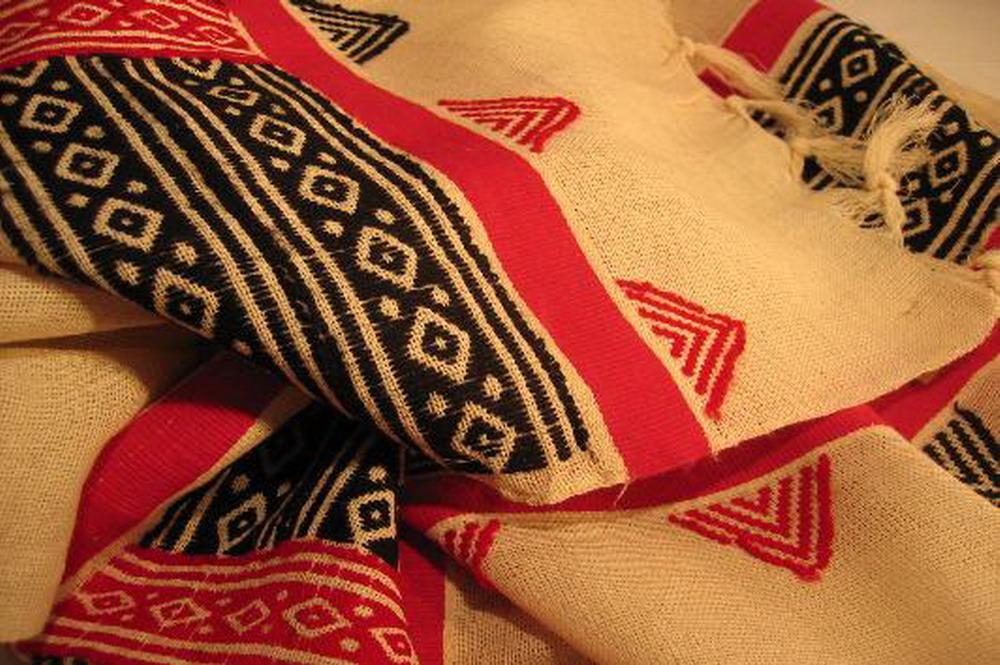chale coton tisse main bandes noir rouge fond blanc inde